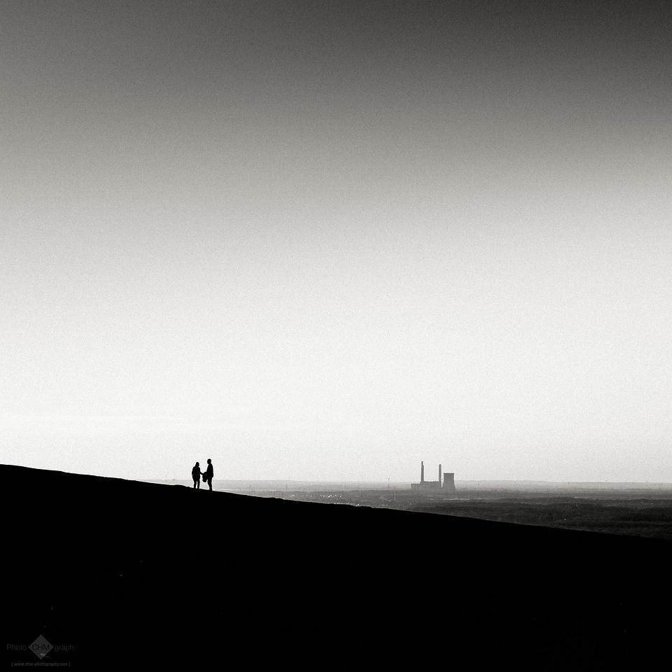 zwei Menschen auf einem Hügel vor Stadt in der Ferne