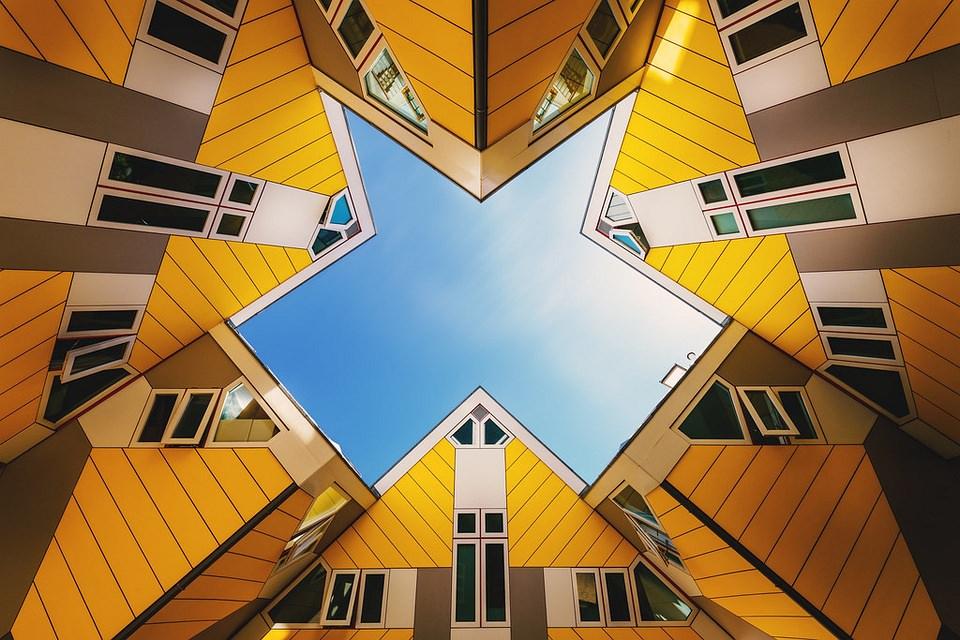 enge gelbe Hausgiebel unter blauem Himmel