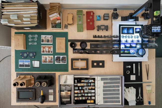 Negative und Positive mit Kameras auf einem Tisch von oben fotografiert