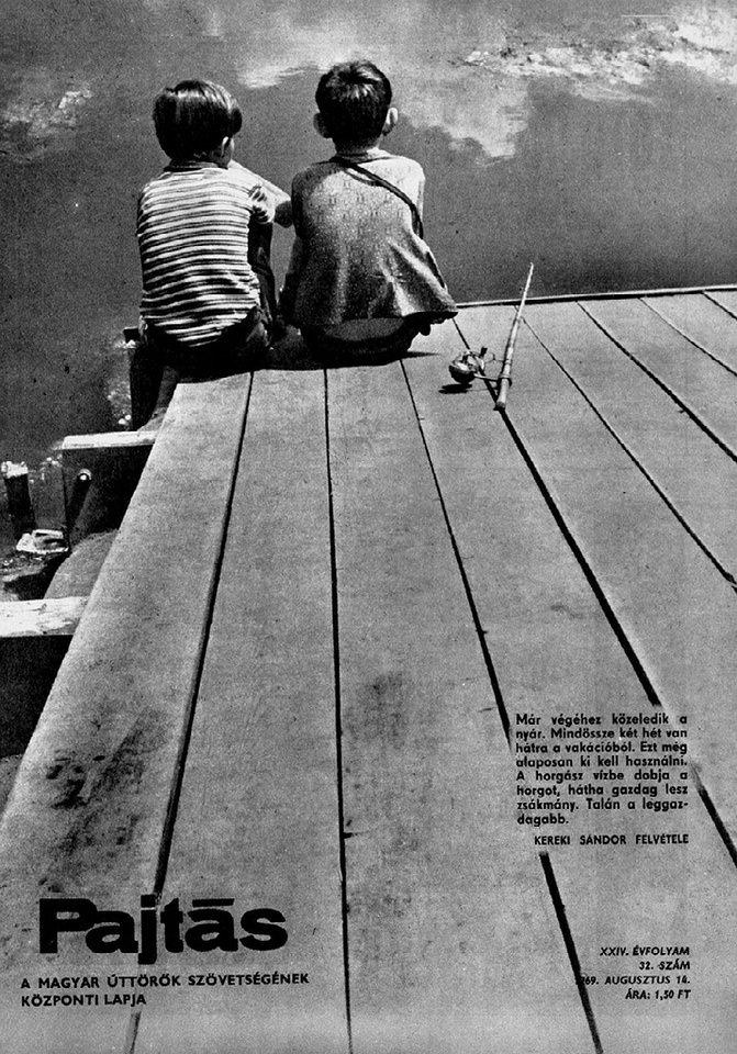 Titelbild einer Zeitschrift mit zwei Kindern, die auf einem Steg sitzen