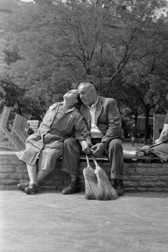 Paar sitzt im Park in der Sonne