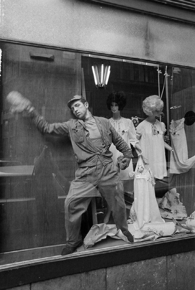 Mann wischt ein Schaufenster