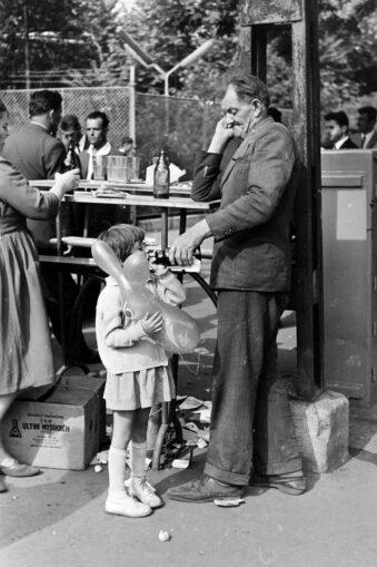 Kind mit Erwachsenem an einem Verkaufsstand