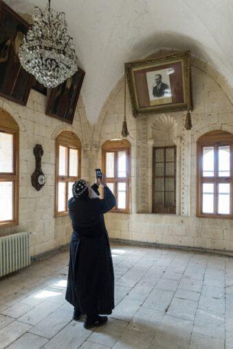 Mensch fotografiert hoch aufgehängtes Portrait