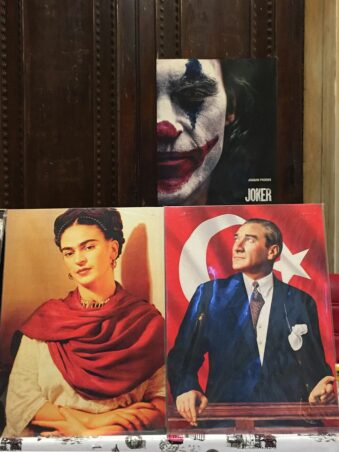 mehrere Portraits nebeneinander: The Joker, Frida Kahlo, Atatürk