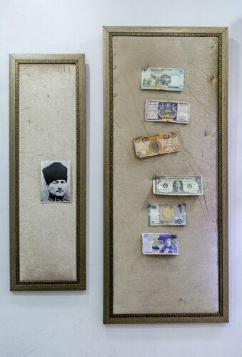 Pinwand mit Portrait, daneben Pinwand mit mehreren Geldscheinen