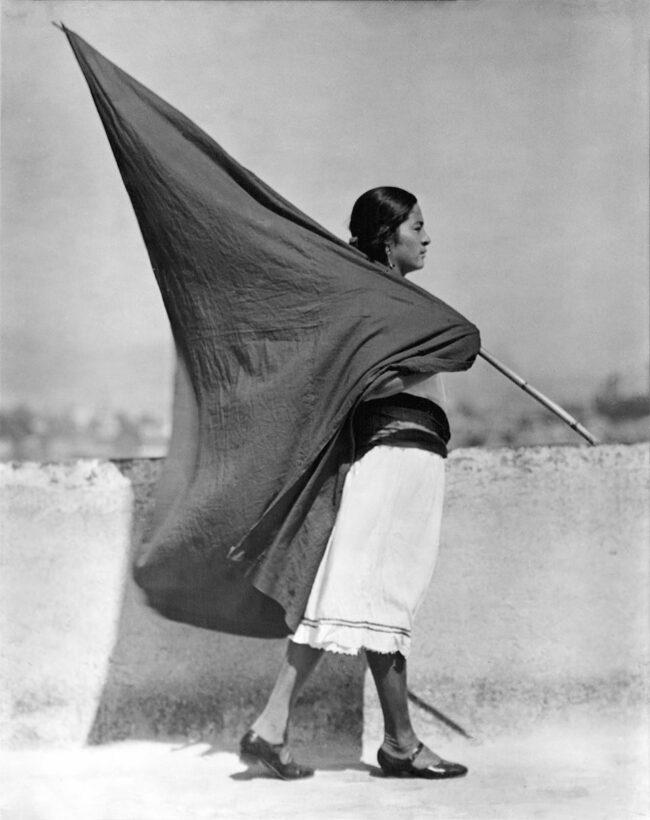 Frau trägt große Flagge