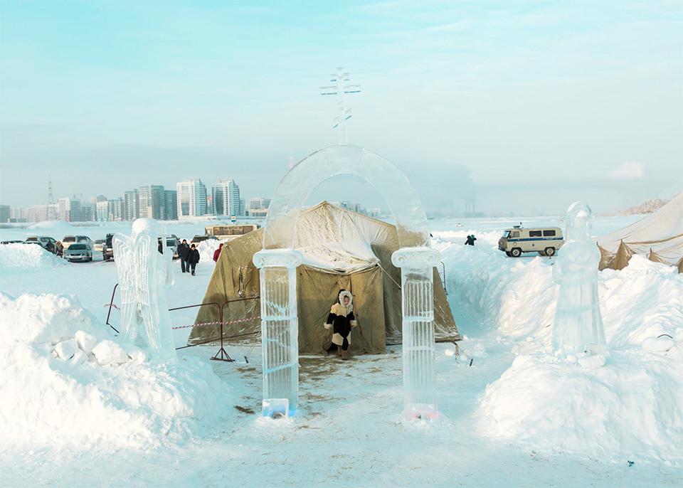 Ein Zelt im Schnee mit Eisskulpturen