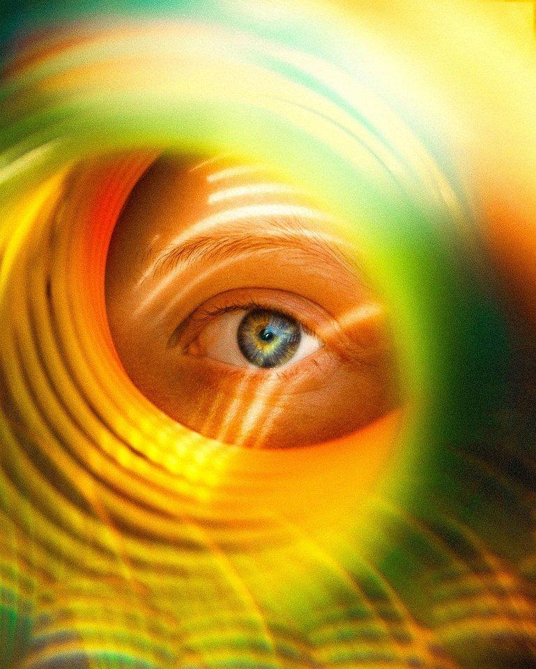 Auge durch buntes Licht