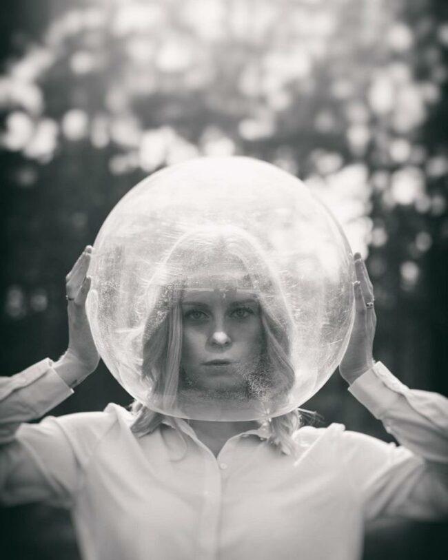 Portrait mit Glaskugel über dem Kopf