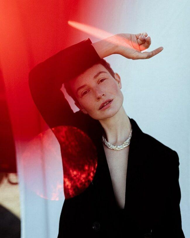 Portrait mit roten Lichtreflexen