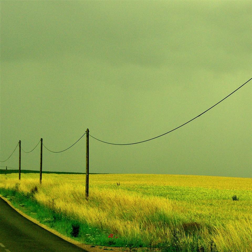 Stromleitung vor weitem Feld