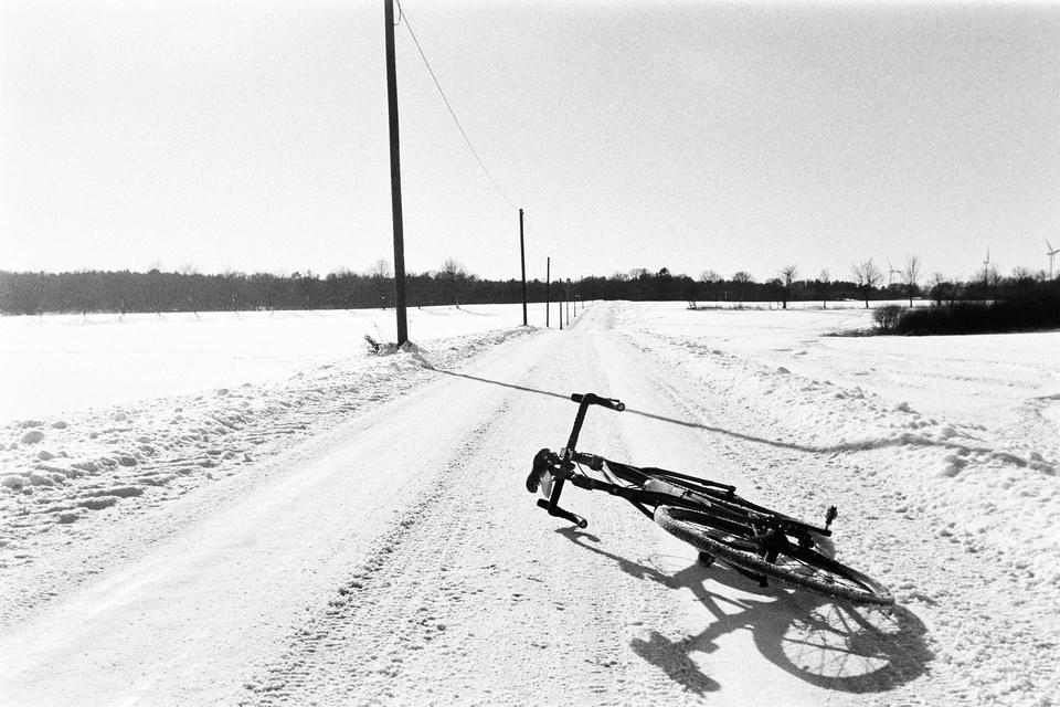 Fahrrad auf verschneiter Straße