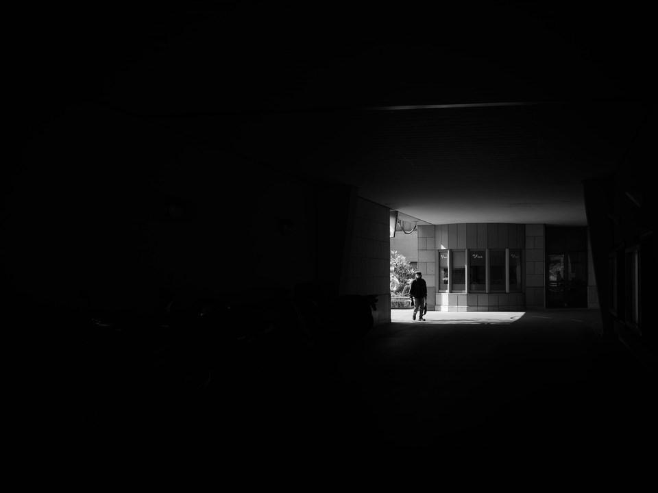 Silhouette in dunkler Unterführung