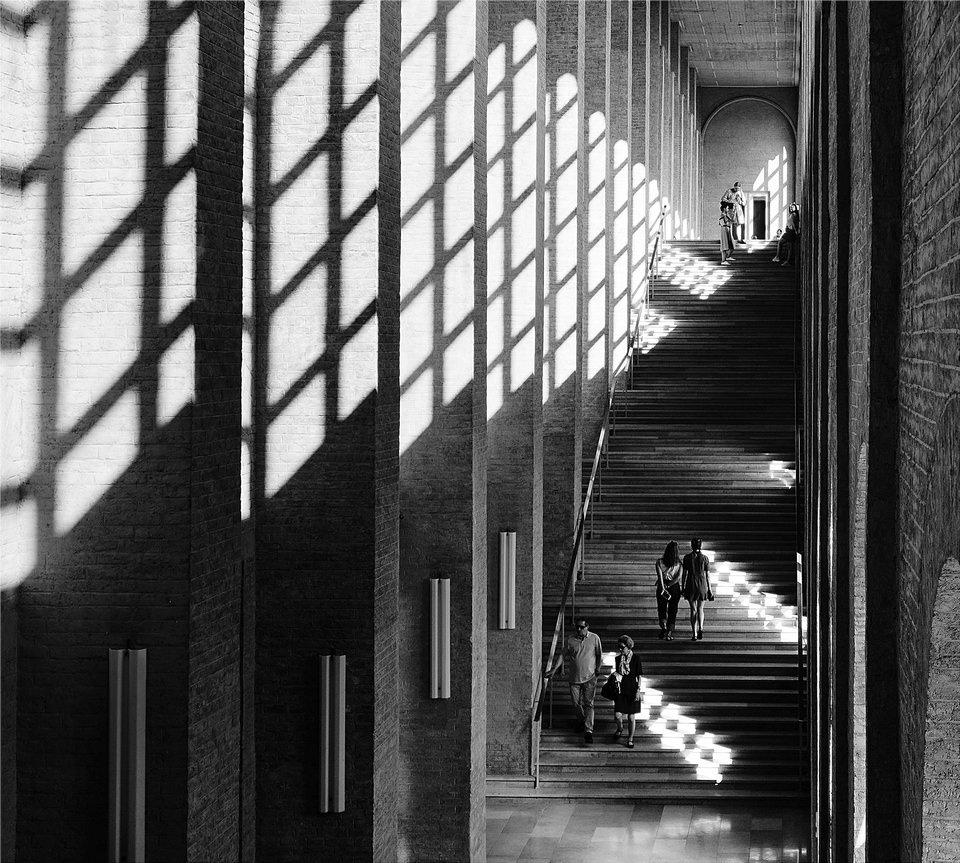 Menschen auf langer Treppe