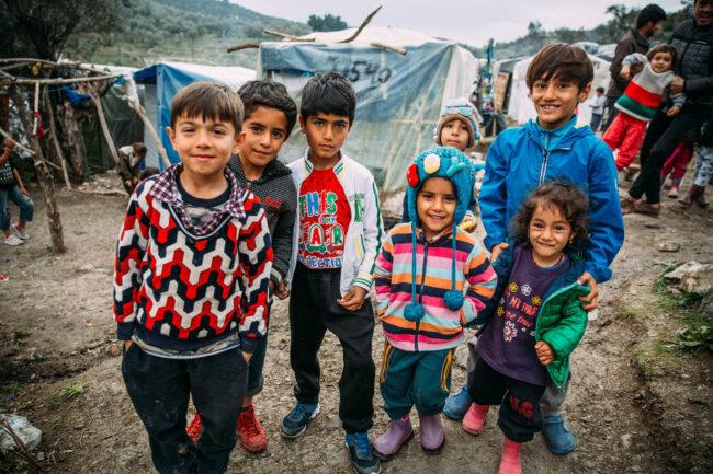 Kinder posieren vor der Kamera