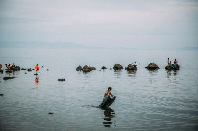 Menschen an einem Wasser