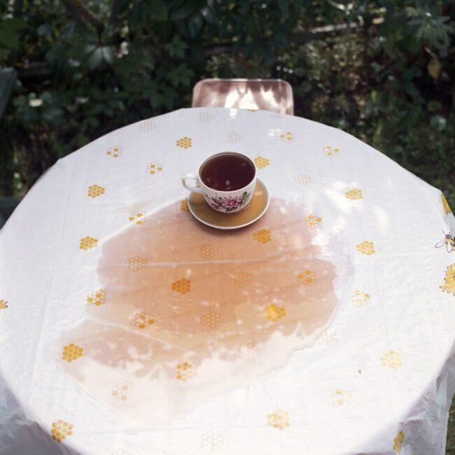 Verschütteter Kaffee auf einem Gartentisch