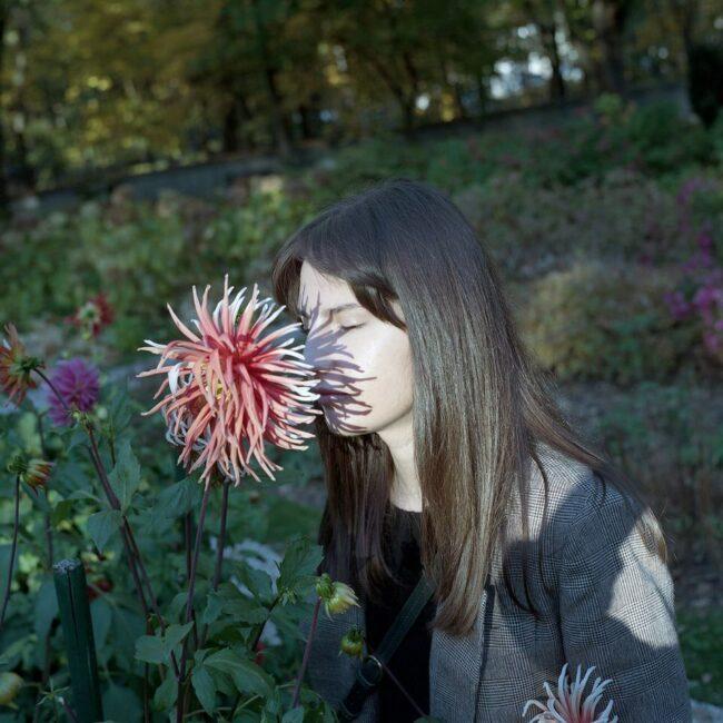 Person mit Blüte im Gesicht
