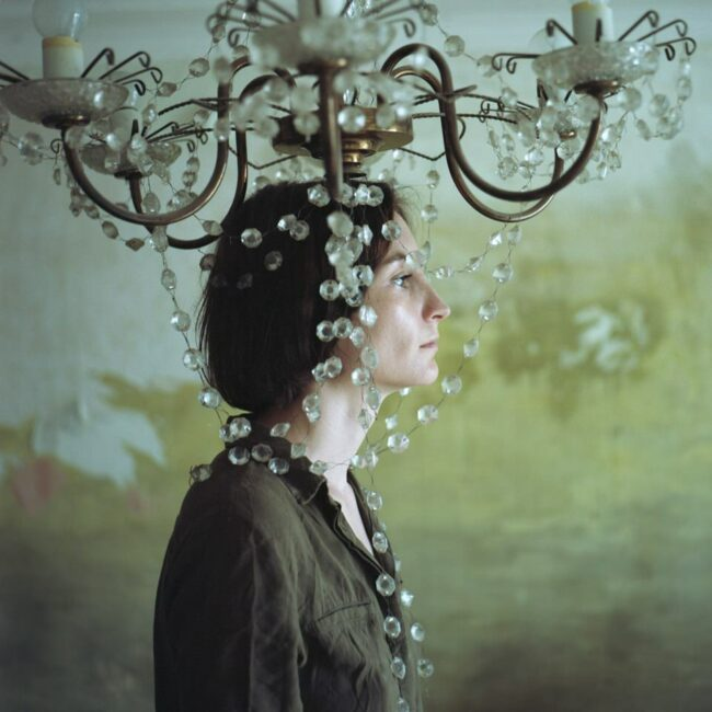 Frau mit Kopf in einem Kronleuchter