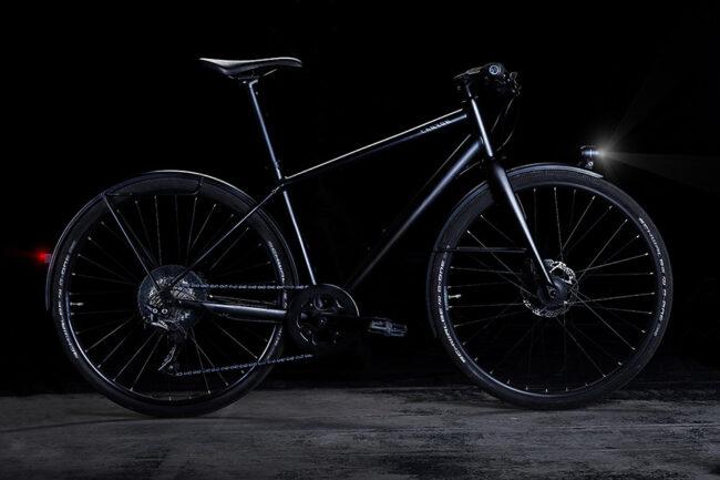 Fahrrad vor dunklem Hintergrund