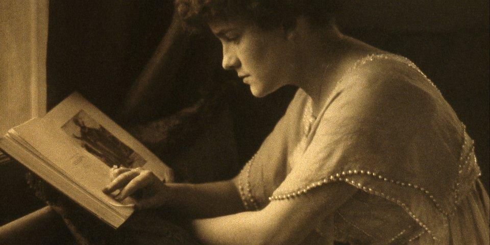 Portrait lesender Frau