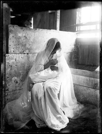sitzende Frau stillt Kind auf ihrem Arm