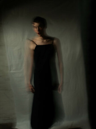 Verwschwommenes Bild eines Mannen mit schwarzem Kleid