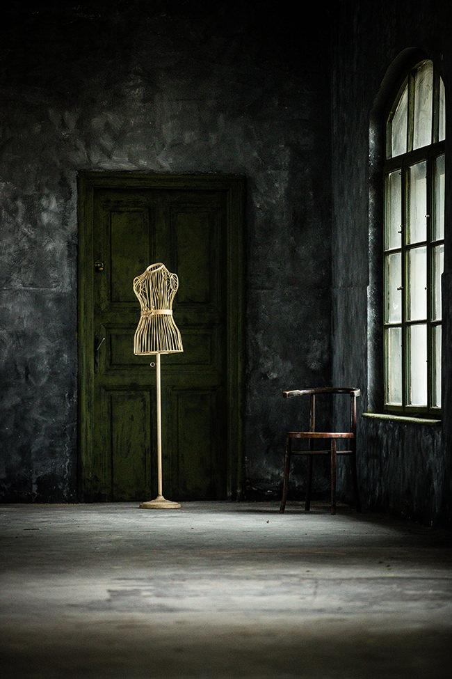 Kleiderbüste in einem leeren Raum