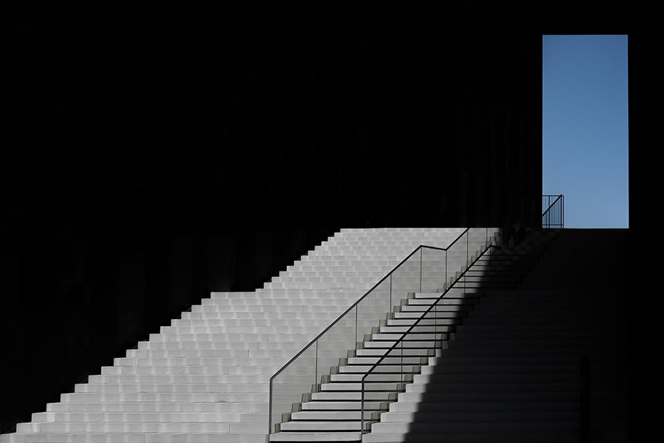 Treppe und blaues Fenster