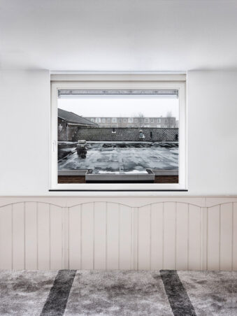 Fenster mit Blick auf Dächer