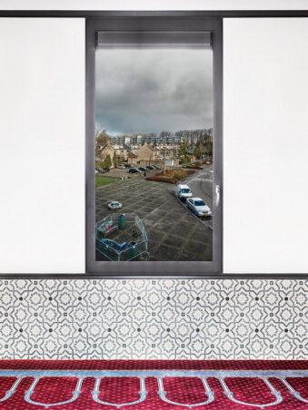 Fenster mit Blick auf einen Parkplatz