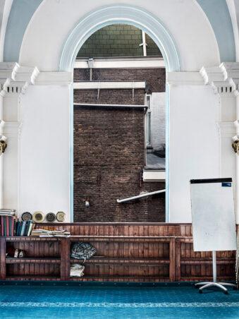 Fenster mit Blick auf eine Hauswand