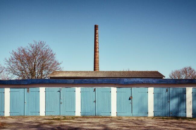 blaue Garagentore vor blauem Himmel