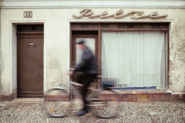 Radfahrer vor ehemaligem Pelzgeschäft