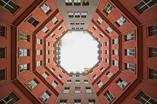 Häuserschlucht nach oben fotografiert