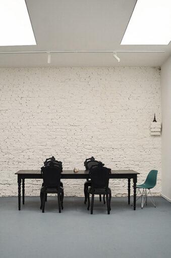 Tisch vor einer wießen Wand