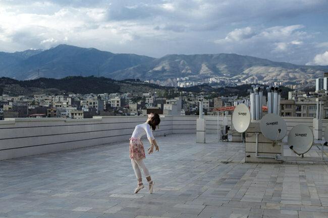 Frau tanzt auf einem Dach