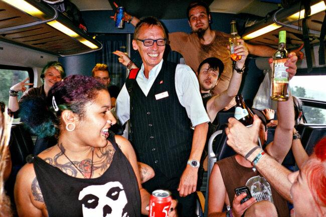 Punks mit Schaffner in der Bahn