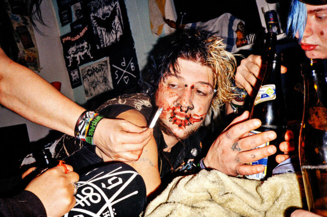 Punk mit blutiger Lippe