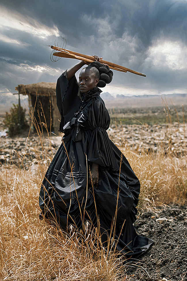Eine Frau in antiker Kleidung vor einer Hütte