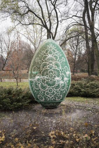 Ein riesiges Ei im Park