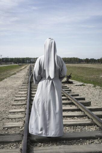 Eine Nonne auf Gleisen