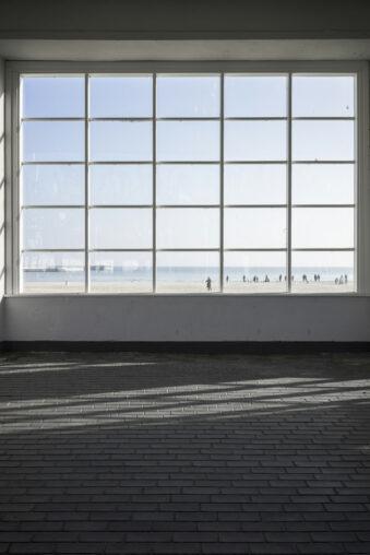 Ein großes Fenster mit Blick auf den Strand
