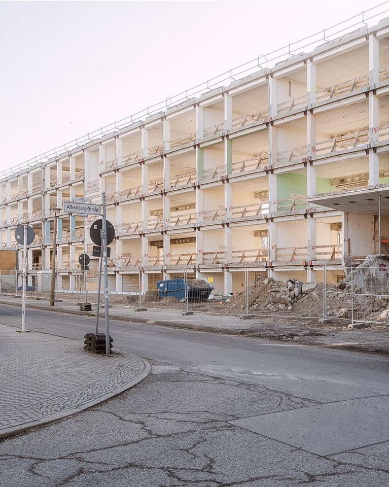 Baustelle mit großem Gebäude
