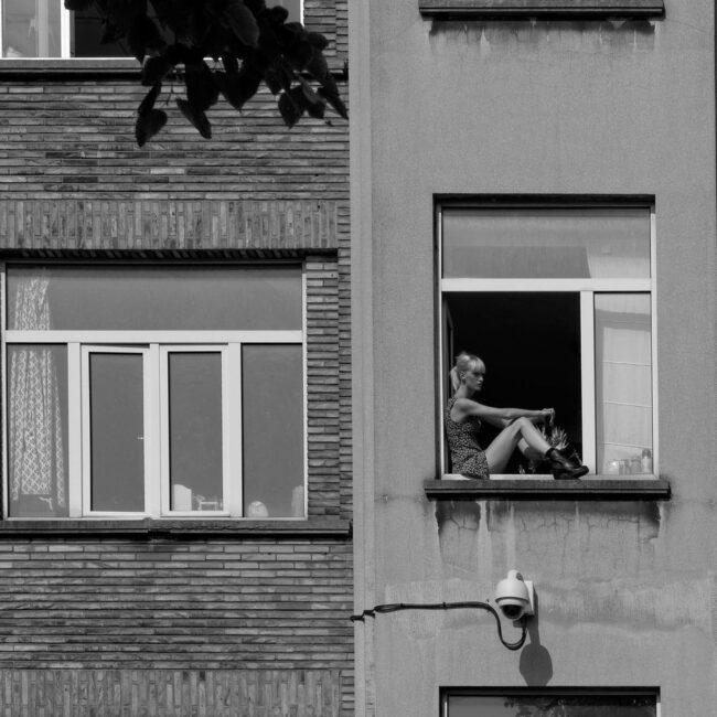 Frau sitzt in einem Fenster