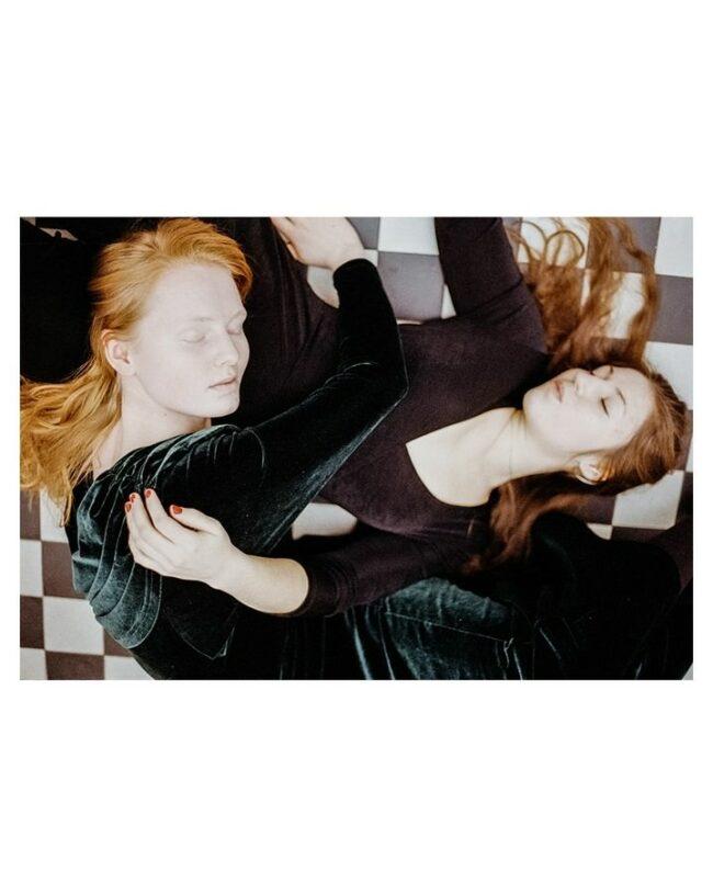 Zwei Menschen liegen übereinander auf dem Boden