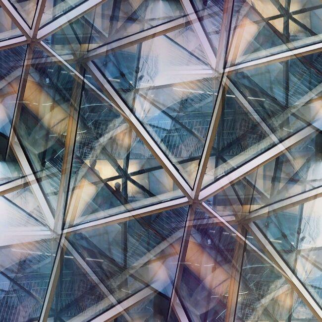 Mehrfachbelichtung dreieckige Fensterfassade