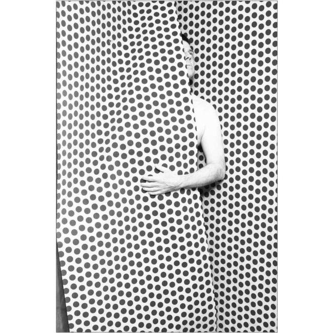 Mensch hinter einer gepunkteten Wand