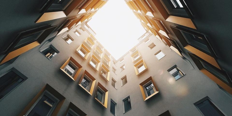 goldenes Licht in umbautem Innenhof